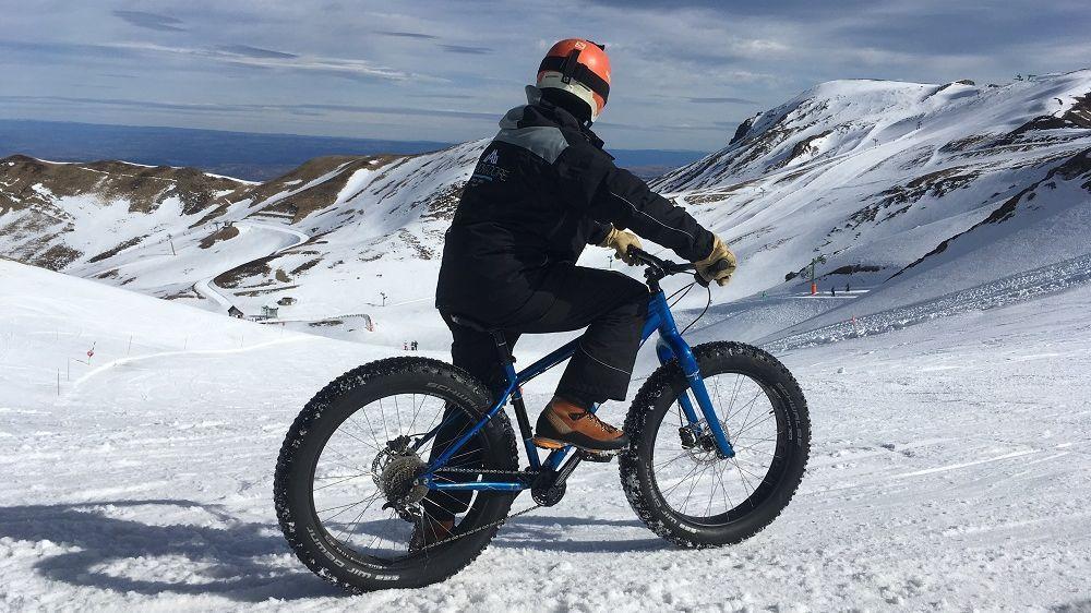 Le fat bike, vélo idéal pour dévaler les pistes de ski du Mont-Dore en Auvergne
