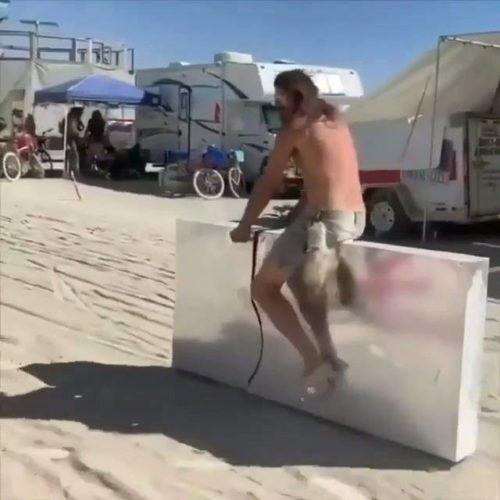 Regarder L'ambiance si unique du Burning Man Festival 🚲